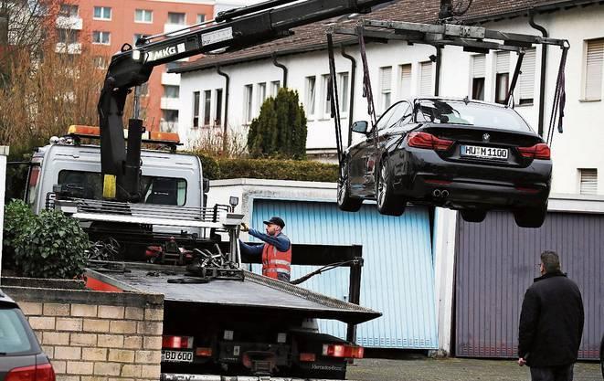 Das Auto des mutmasslichen Täters wird abtransportiert.