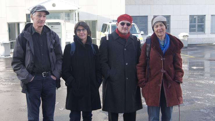 Thomas Zollinger, Elisabeth Schär, Bruno Schlatter und Maria Regula Merz (von links) nach der Urteilsverkündung vor dem Bezirksgericht Unterkulm.