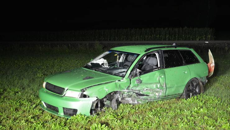 Der Audi wurde durch die Wucht des Aufpralls gedreht und links von der Strasse ins Wiesland geschleudert.