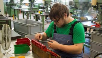 Wenn die IV nicht mehr oder weniger zahlt, wird es für die Bezüger schwierig, den Lebensunterhalt auf dem freien Arbeitsmarkt zu bestreiten.