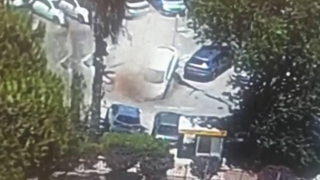 Senkloch in Jerusalem verschluckt parkierte Autos