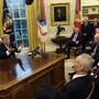 Donald Trump spricht am Freitag im Oval Office zu Journalisten.