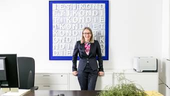 Sie gab Vollgas für den Bezirkshauptort: Karin Hauser in ihrem Büro B 131 im Stadthaus vor einem Werk des Dietiker Künstlers René Gubelmann.