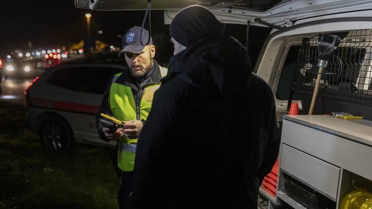 !!!!GESTELLE SZENE!!!! Ein Kantonspolizist führt bei einem Fahrzeuglenker eine Atem-Alkoholkontrolle durch, am 22. November 2019 bei der Autobahnauffahrt Rothrist. Am Freitagabend wurden an den Ausfahrten der Autobahn A1 im Kanton Aargau jedes Fahrzeug durch Patrouillen der Polizei und Grenzwache visuell überprüft und im Verdachtsfall eingehend kontrolliert.