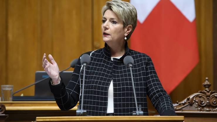 Bundesrätin Karin Keller-Sutter läuft mit ihrem Gegenvorschlag zur Konzernverantwortungsinitiative im Nationalrat auf.