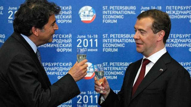 Nach Abschluss wird auf das Geschäft angestossen: Pierre Lellouche (l) und Dmitri Medwedew