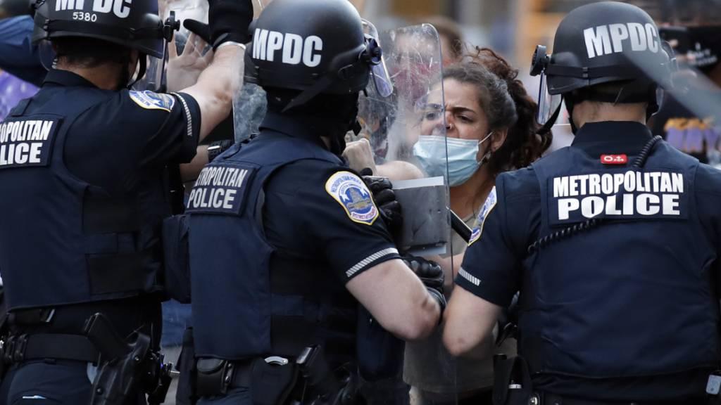 Angesichts der Ausschreitungen bei Demonstrationen haben fast 40 Städte in den USA strenge Ausgangssperren verhängt - darunter die Hauptstadt der Vereinigten Staaten, Washington.