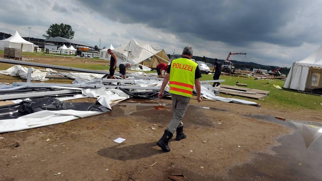 Ein Polizist inspiziert die Unfallstelle nach dem Sturm 2012.