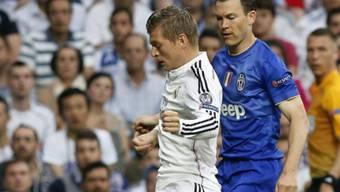 Stephan Lichtsteiner (rechts, gegen Toni Kroos) darf weiter träumen