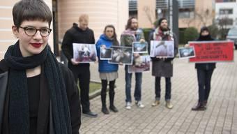 """Elisa Keller, Sprecherin der Tierschutzbewegung """"269Life Libération Animale Suisse"""" wird von einem Dutzend weiterer Tierschutz-Aktivisten zum Prozess begleitet."""