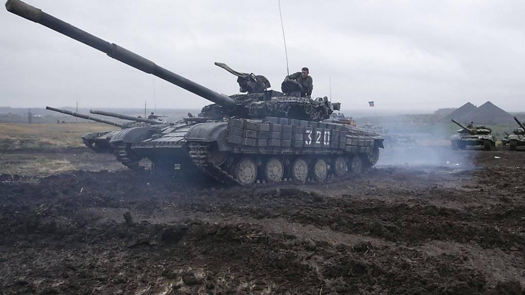 Die Panzer rollen noch in der Ostukraine: Weil es zu wenig Fortschritte im ukrainischen Friedensprozess gibt, verlängert die EU ihre Sanktionen gegen Russland. (Archiv)