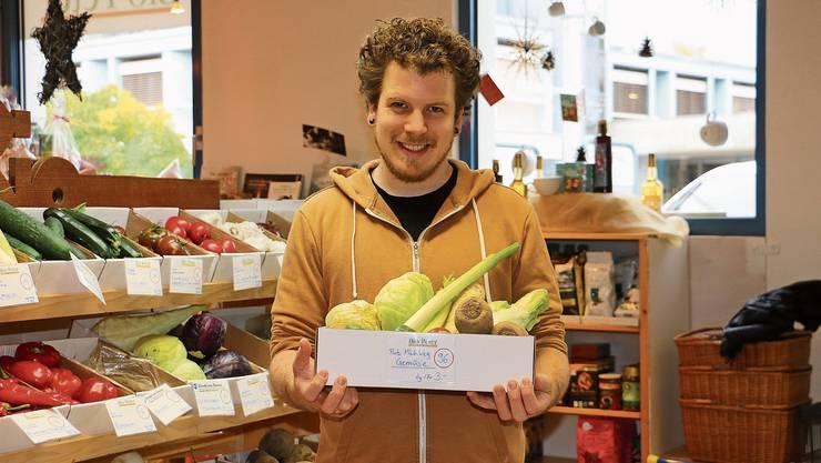 Manuel Schmutz vom Fricker «Biopeter» bietet im Kampf gegen Food Waste sogenannte «Putz-mich-weg-Körbchen» mit Obst oder Gemüse an.