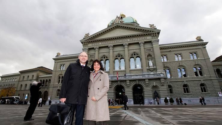 Hansjörg Knecht und seine Gattin Rita vor dem Bundeshaus in Bern.