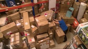Rund 15'000 Pakete haben Schweizerinnen und Schweizer an eine Lieferadresse im deutschen Bad Säckingen bestellt. Nach drei Monaten können diese nun endlich abgeholt werden. Für die langersehnten Pakete wurde am Montagmorgen Schlange gestanden.