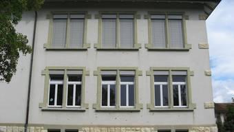 Das Schulhaus in Fulenbach weist zahlreiche Apfelspuren auf