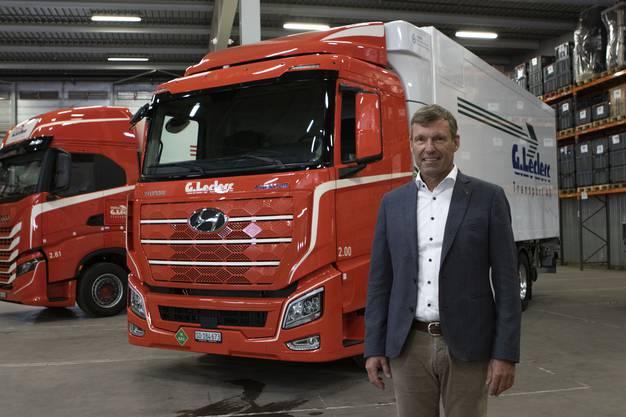 René Leclerc präsentierte das neue Fahrzeug an einer Medienkonferenz. Es unterscheidet sich äusserlich nur minimal vom Dieselfahrzeug im Hintergrund.