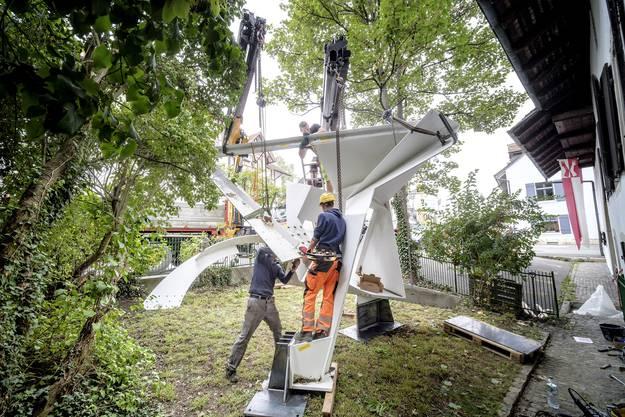 Der Aufbau der Skulptur im Sissacher Garten.