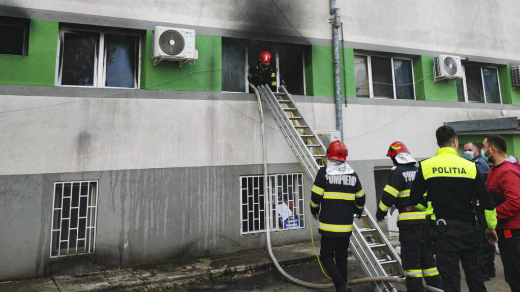 HANDOUT - Feuerwehrleute löschen den Brand in der Intensivstation des Krankenhauses für Infektionskrankheiten in Constanta. Foto: Uncredited/IGSU Romania/AP/dpa - ACHTUNG: Nur zur redaktionellen Verwendung im Zusammenhang mit der aktuellen Berichterstattung und nur mit vollständiger Nennung des vorstehenden Credits