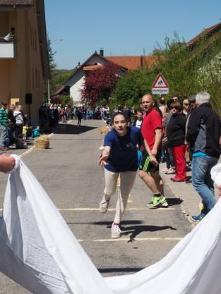 Debora Stoffel  vom Sommer-Team warf das Ei gekonnt ins Fangtuch