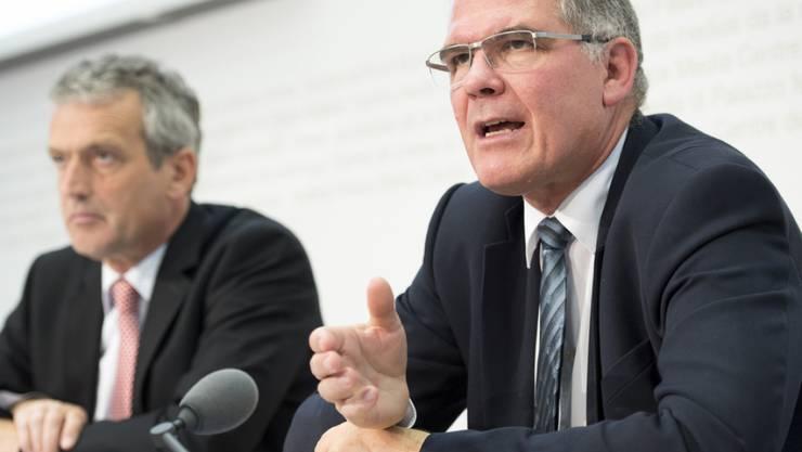 BAZL-Direktor Christian Hegner (rechts) erläutert vor Medien in Bern die neuen Vorschläge für mehr Sicherheit am Flughafen Zürich.