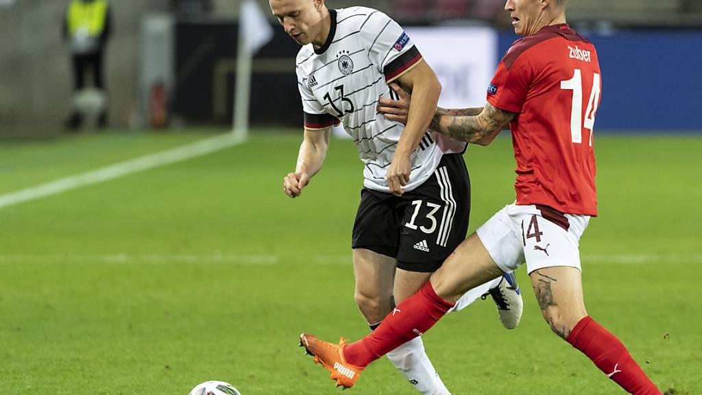 Knieoperation notwendig: Der deutsche Internationale Lukas Klostermann (li., im Länderspiel gegen den Schweizer Steven Zuber) verletzte sich in der Bundesliga