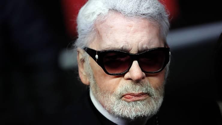 Karl Lagerfeld, Kreativdirektor von Chanel ist nicht nicht zu den Haute-Couture-Shows von Chanel erschienen. Seine Abwesenheit gibt Gerüchten neue Nahrung, wonach es um seinen Gesundheitszustand schlecht bestellt sein soll. (Archivbild)
