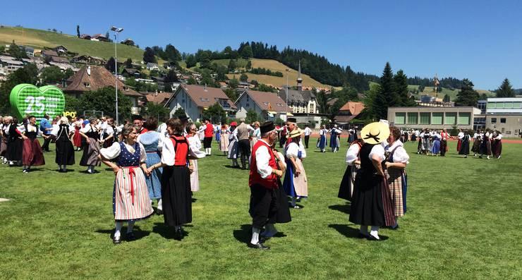 Eine Wiese voller Trachtenleute aus der ganzen Schweiz tanzen gemeinsam - und die Trachtengruppe Würenlos ist mittendrin, herrlich.
