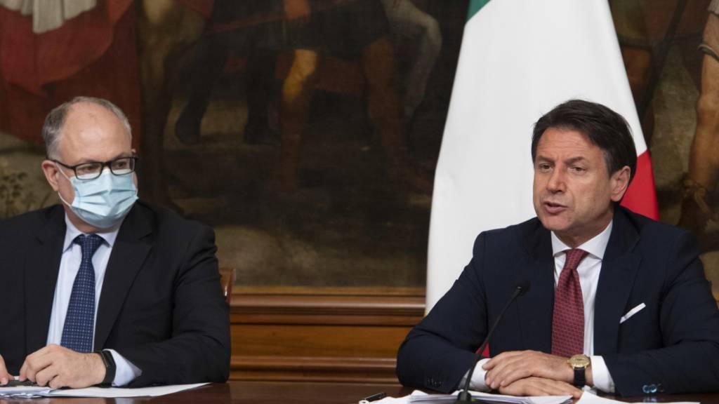 Italiens Regierungschef Guiseppe Conte (rechts) und Wirtschaftsminister Roberto Gualtieri kündigten am Freitagabend an, dass die Anti-Corona-Massnahmen bis 7. September verlängert werden.