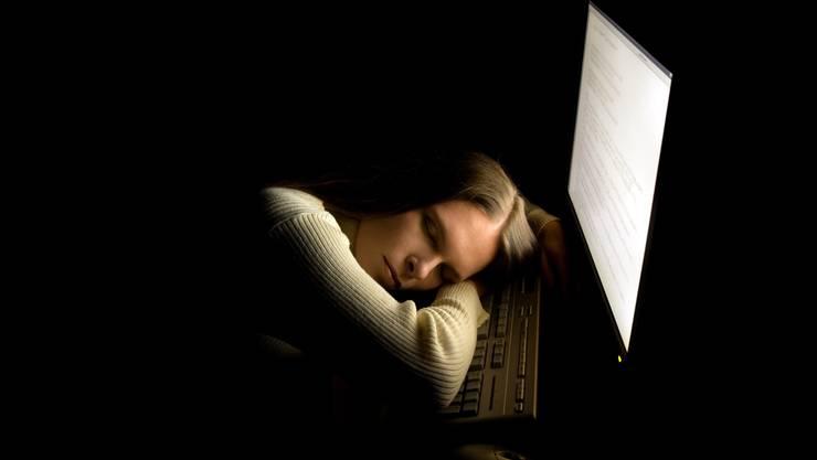 Patient schläft – Therapie geglückt: Bevor es so weit ist, steht während der Online-Therapie viel Arbeit an.