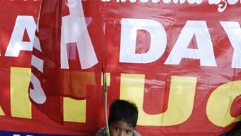 Knabe mit Fahne des All India Trade Union Congress AITUC (Archiv)