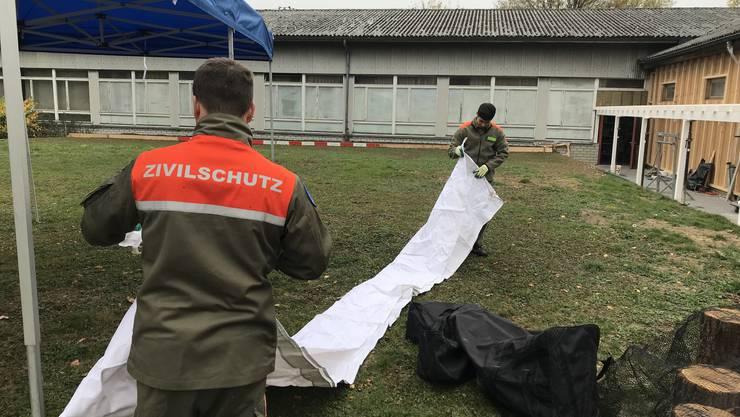 Grenchner Zivilschützer helfen beim Aufbau für das Rodania Herbstfest