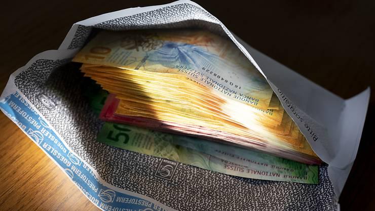 Die Räuberin erbeutete bei dem Überfall auf die Bank mehrere 100'000 Franken in Bar. (Symbolbild)
