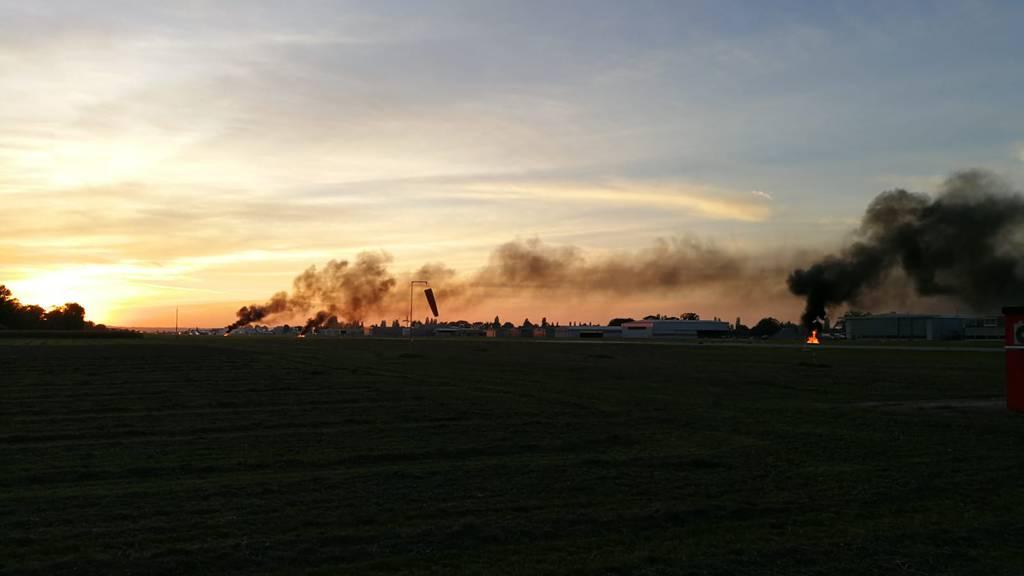 Über dem Flughafen Altenrhein hängen dunkle Rauchwolken. Grund dafür ist eine Grossübung.