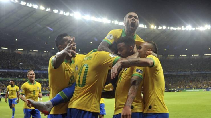 Dani Alves (oben) feiert das 1:0 von Gabriel Jesus