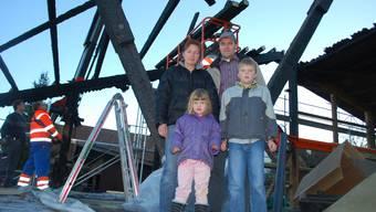 Neues Dach: Lisa Barmettler, Peter Hochuli und Tamara und Pascal freuen sich. (Bild: NR )