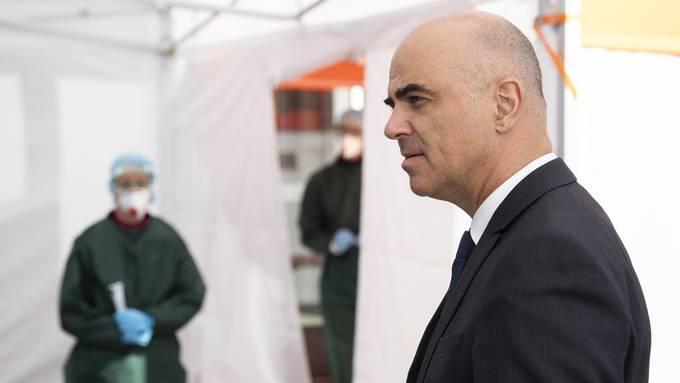 """Gemäss Gesundheitsminister Alain Berset scheint es """"illusorisch"""", dass die Corona-Massnahmen nach Ablauf der vorerst angesetzten Frist vom 19. April bedeutend gelockert werden können. (Archivbild)"""