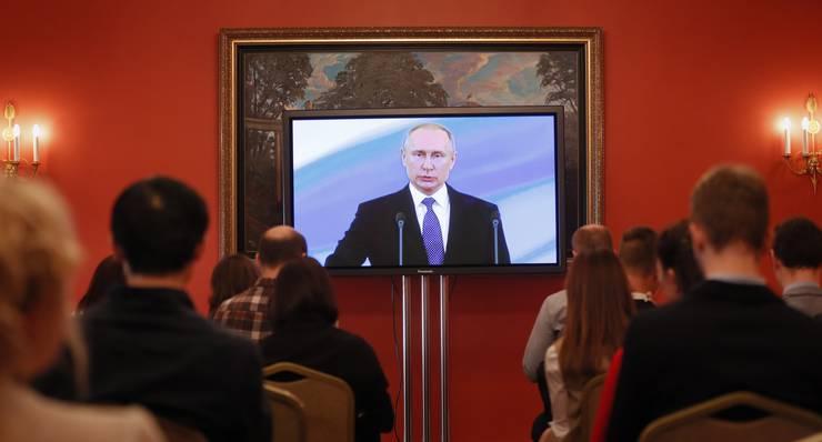 Der 65-Jährige legte am Montag im Grossen Kremlpalast seinen Eid mit einer Hand auf einer goldverzierten Ausgabe der Verfassung ab