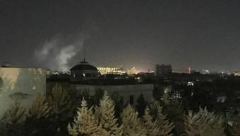 Nach einer Explosion steigt Rauch in den Nachthimmel auf in der Nähe der US-Botschaft in der afghanischen Hauptstadt Kabul.