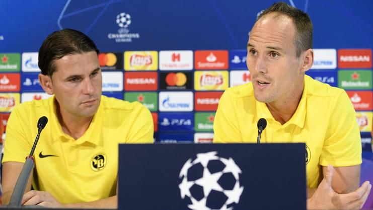 Gerardo Seoane mit YB-Verteidiger Steve von Bergen an der Pressekonferenz vor dem Playoff-Hinspiel gegen Dinamo Zagreb