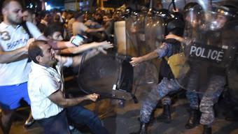 In der armenischen Hauptstadt Eriwan sind Polizei und Oppositionsanhänger aufeinander losgegangen. Dutzende Menschen wurden verletzt.