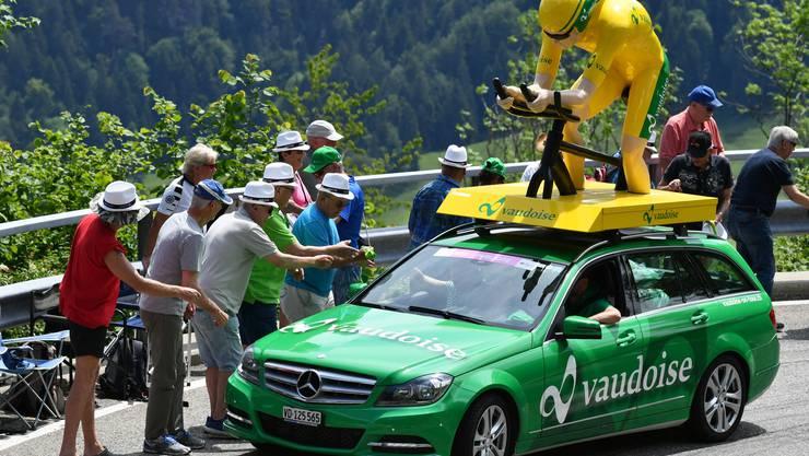 Tour de Suisse 2019 über den Passwang: Goodies werden verteilt