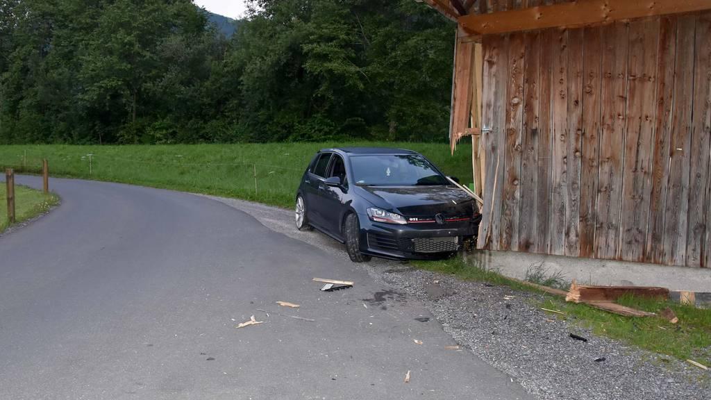 Betrunkener baut Unfall – und schläft danach im Auto ein