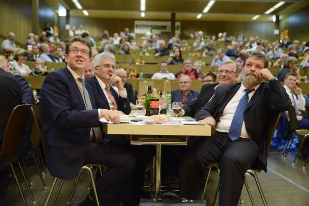 Am Ehrentisch sassen SVP-Präsident Albert Rösti (l.), Regierungsrat Roland Heim (r.) und Mümliswils Gemeindepräsident Kurt Bloch (2.v.r.).