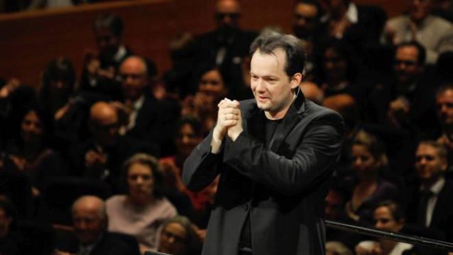 Bedankt sich bei seinem Orchester: Andris Nelsons am Freitagabend im KKL. Foto: PETER FISCHLI / LUCERNE FESTIVAL