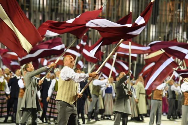 Zum Fest gehören Fahnenweihe, Nationalhymne, Trachten: Patriotismus ist angesichts der jüngeren Geschichte Lettlands verständlich.