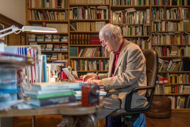 Autor Franz Hohler besitzt zu Hause Tausende Bücher.