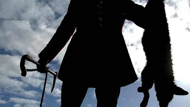 Ein Jäger mit einem erlegten Fuchs (Symbolbild)
