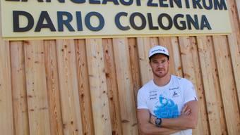 Dario Cologna in Davos vor dem nationalen Leistungszentrum der Langläufer, das seinen Namen trägt.