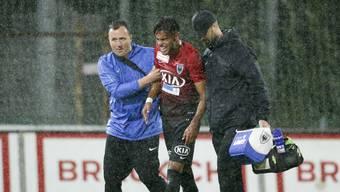 Miguel Peralta (Mitte) hat sich erneut schwer am Knie verletzt.