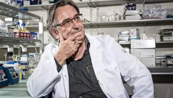 Der Immunologe Beda Stadler, aufgenommen am Institut für Immunologie der Universität Bern.